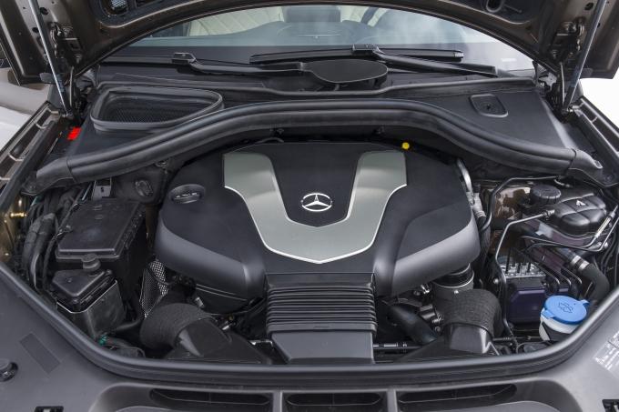 """3,0-литровый турбодизельный V6 получил блок управления - точнее, дозирующий впрыск топлива на прогреве, новые систему рециркуляции отработавших газов и включающуюся """"по требованию"""" масляную помпу. Все ради повышения экономичности"""