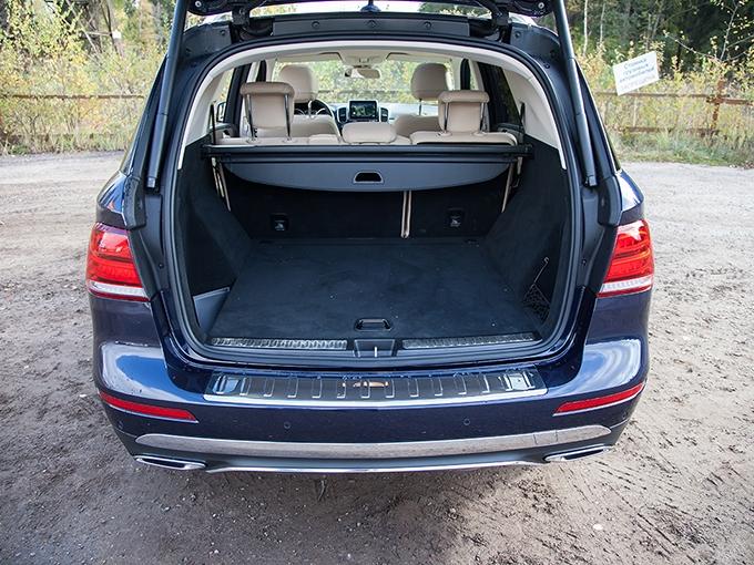 Как и у других конкурентов, дверь багажника «Мерседеса» оснащена электроприводом, который существенно упрощает загрузку машины в грязные времена года