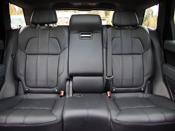 Range Rover Sport: Невеликий простор на диване «британец» с лихвой компенсирует всяческими удобствами вроде развлекательной системы для пассажиров. Центральный туннель – самый низкий