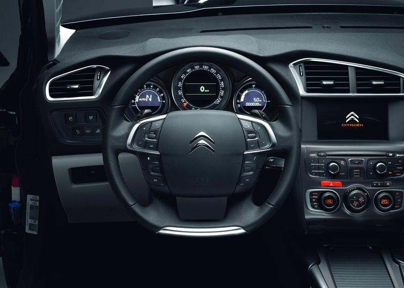 Салон автомобиля дарит пассажирам и водителю отличный комфорт
