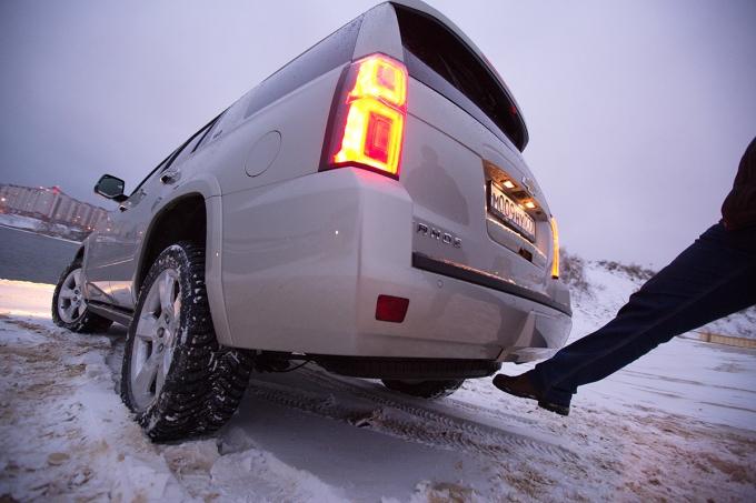 """Дверь грузового отсека снабжена сервоприводом и может открываться по сигналу от расположенного под бампером датчика движения, но над техникой выполнения """"магического"""" пинка придется поработать"""