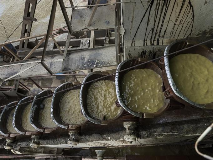 """""""Литраж"""" драги определяется по емкости черпака. Драга Иркутского завода тяжелого машиностроения (выпуск 1956 г.) оснащена 87-ю 250-литровыми черпаками. За сутки плавучая фабрика драгирует до 6000 кубов породы и за сезон проходит зигзагами порядка 1,5 км"""