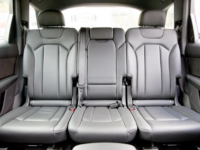 Audi Q7: С точки зрения организации заднего ряда «Ауди» выгодно выделяется на фоне конкурентов: простор почти лимузинный, к тому же сиденья регулируются в широких пределах