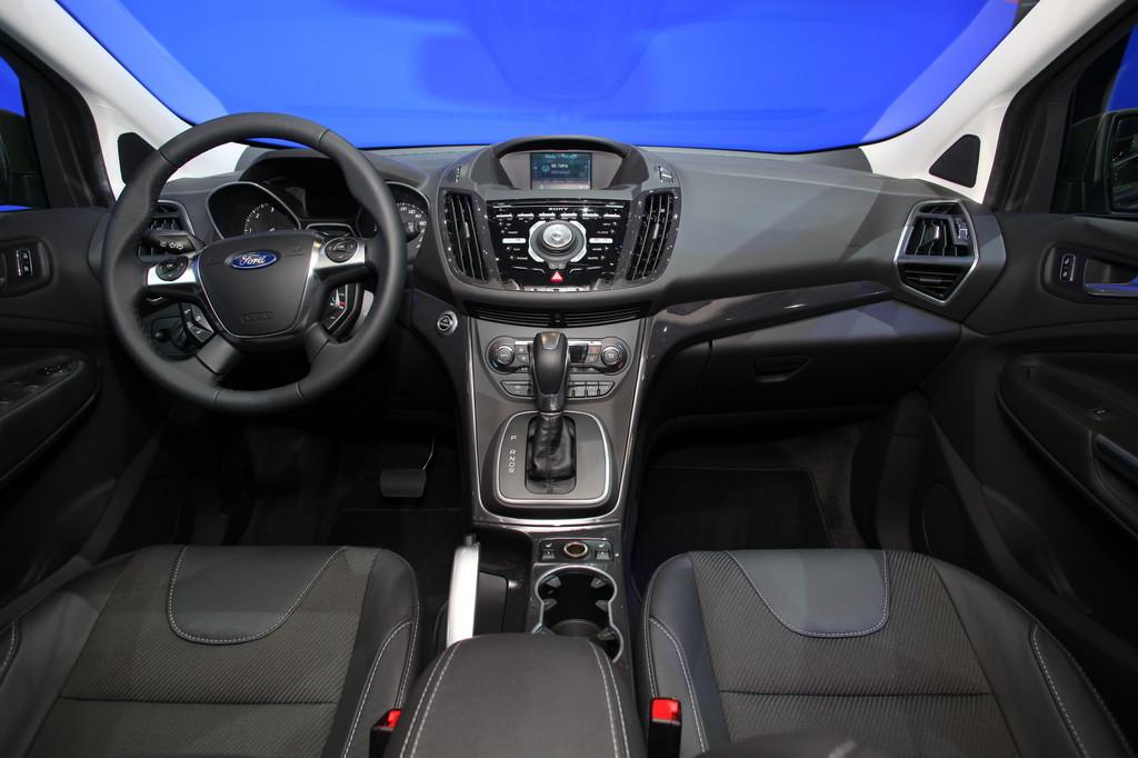 Ford Kuga имеет простой салон без излишеств