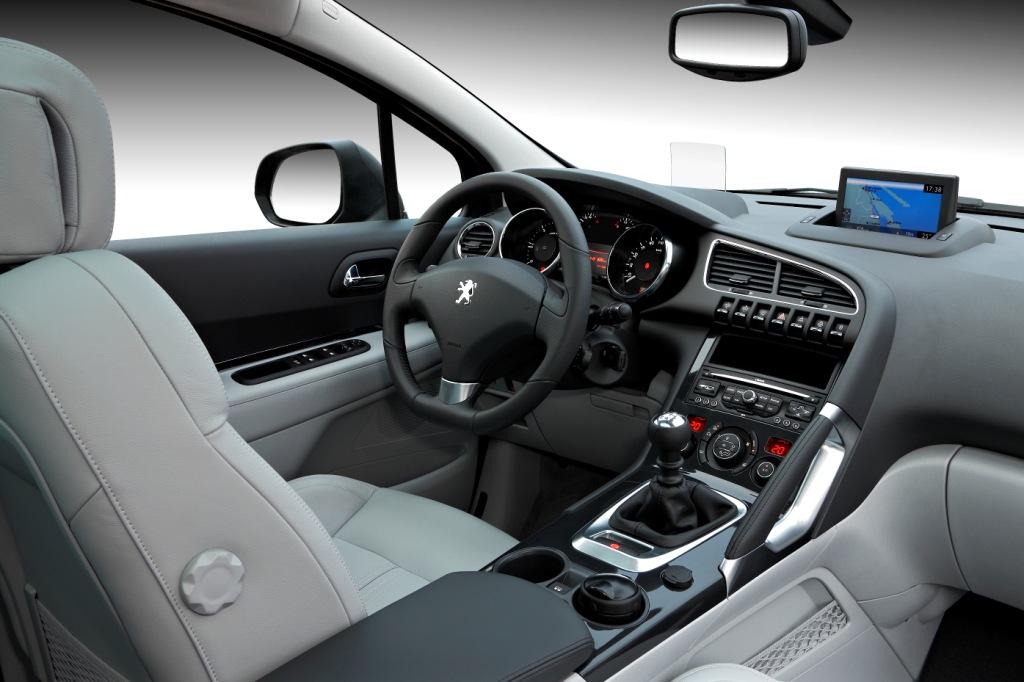 Салон Peugeot 3008 напоминает салон какого-либо минивэна