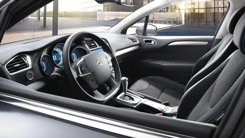 В салоне используются качественные материалы и имеется легкий доступ к управлению системами автомобиля