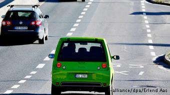 В Норвегии электромобиль едет нпо полосе для общественного транспорта
