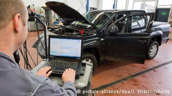 В автомастерской в Ганновере с отозванного дизельного Volsawagen убирают жульнический софт