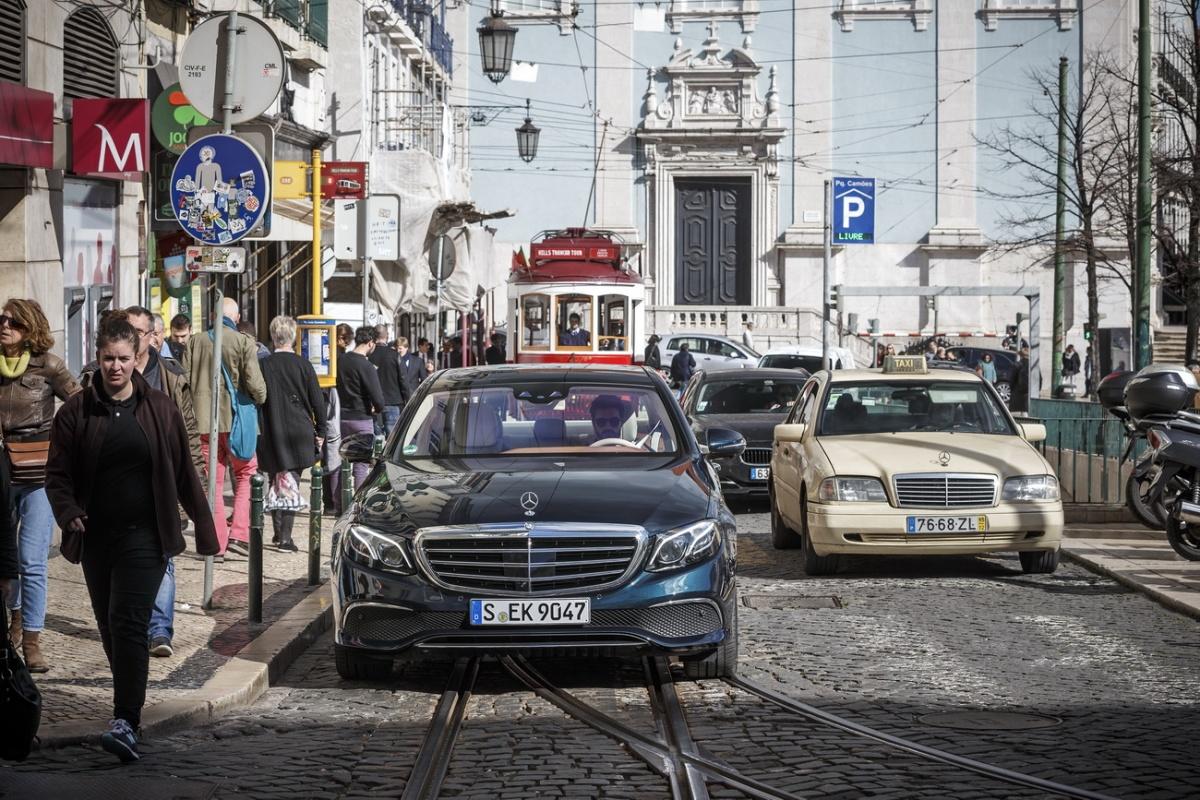 Спорткар выпускается в кузове купе и кабриолет