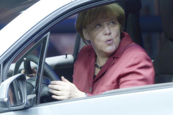 Ангела Меркель хочет посадить Германию на электрический стул. Самодвижущийся…