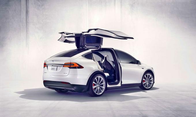 В третьем ряду Tesla Model X самопроизвольно складываются сиденья!