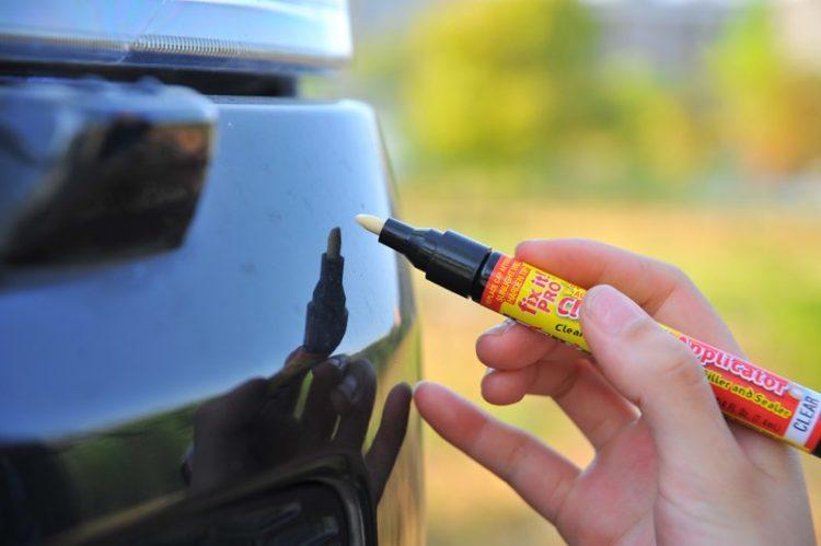 На фото карандаш для удаления царапин на кузове автомобиля