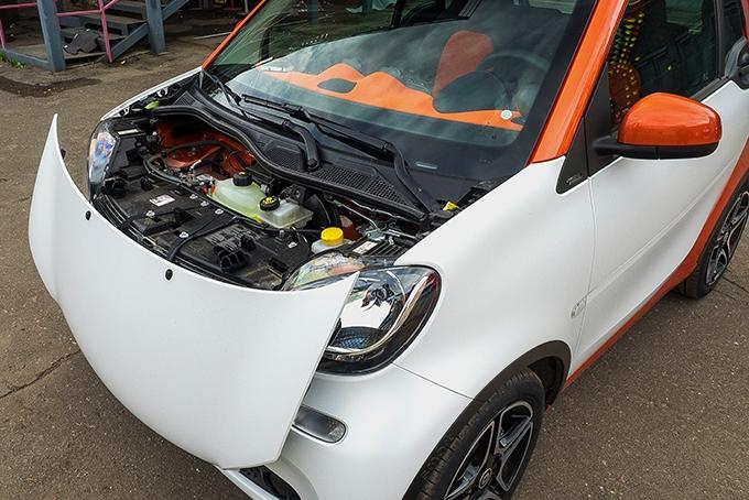 """smart без приколов не smart! Двигатель у микрокара по-прежнему сзади, а под удерживаемым в снятом положении тесемочками """"капотом"""" скрыты бачки с сервисными жидкостями и аккумулятор"""