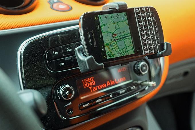 """Если выбран мультимедийный комплекс без """"навигатора"""", стильный держатель под смартфон будет кстати. Только желательно, чтобы """"умный"""" гаджет имел функцию поворота картинки"""