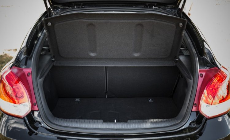 Багажное отделение имеет небольшой объем в 320 л.