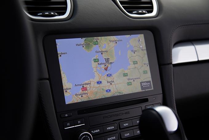 Фирменная Навигация работает четко, ориентироваться на местности с ее помощью– одно удовольствие. Захочешь– непотеряешься! На всякий случай карту и подсказки можно вывести на дисплей приборной панели, дабы не отвлекаться от дороги, уставившись в «телев