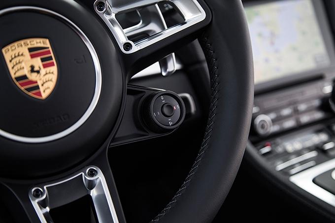 Контроллер наруле позволяет менять режимы движения прямо находу, амашины сPDK иSport Crono имеют кнопку, которая на20 секунд активирует «форсаж» Sport Response
