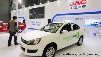 Автосалон в Шанхае, электромобиль китайской компании JAC