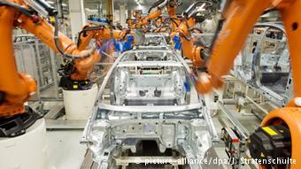 Промышленные роботы собирают автомобиль