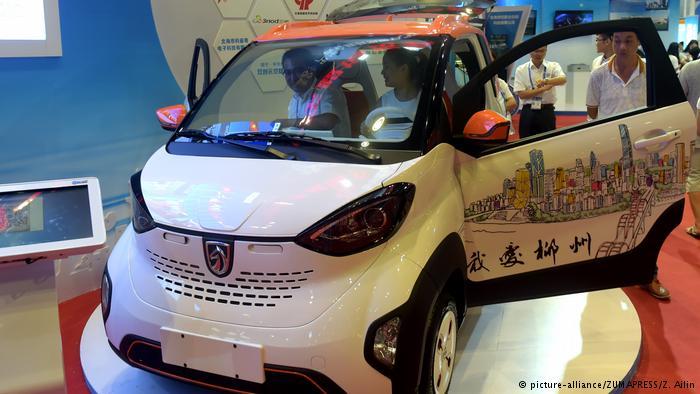 Китайский электромобиль демонстрируется на автосалоне