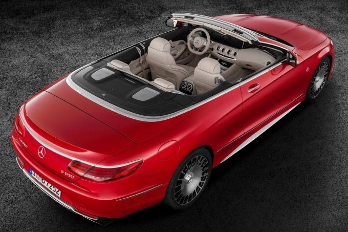 Mercedes-Maybach S 650 Cabriolet: «Даун» курит в сторонке