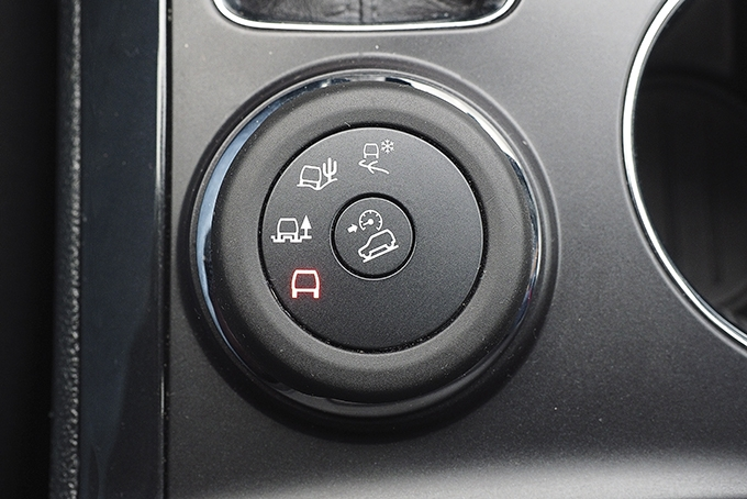 В отличие от Land Rover, перешедшего на кнопочные переключатели режимов силового агрегата и привода 4х4, Ford сохранил шайбу на напольной консоли