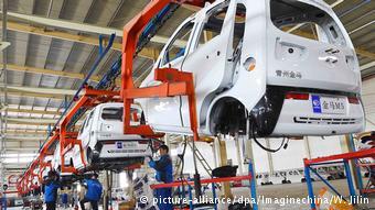Конвейер бюджетных электромобилей на китайском автозаводе