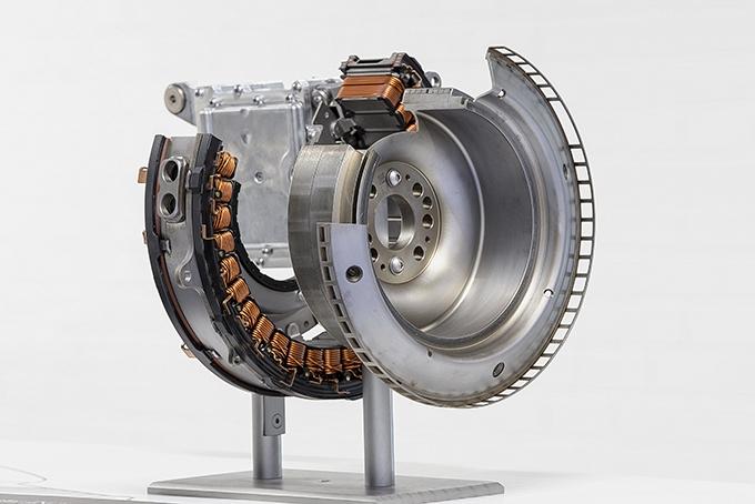 Мотор-генератор начнут устанавливать с 6-цилиндровым мотором М 256. Узел будет работать вкупе с 48-вольтовой электрической системой идобавлять мощность на первичный вал коробки; вместе стурбиной работает и крыльчатка сэлектроприводом