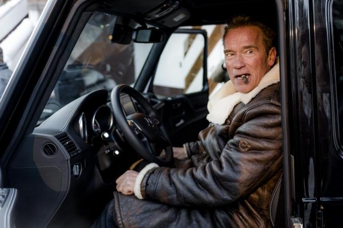 Шварценеггер покурил в родных горах, стоя рядом с электрическим «Гелендвагеном»