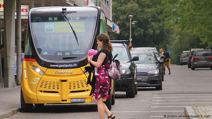 Самоуправляемый автобус и пешеход в Швейцарии