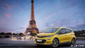 Электромобиль Opel Ampera на фоне Эйфелевой башни