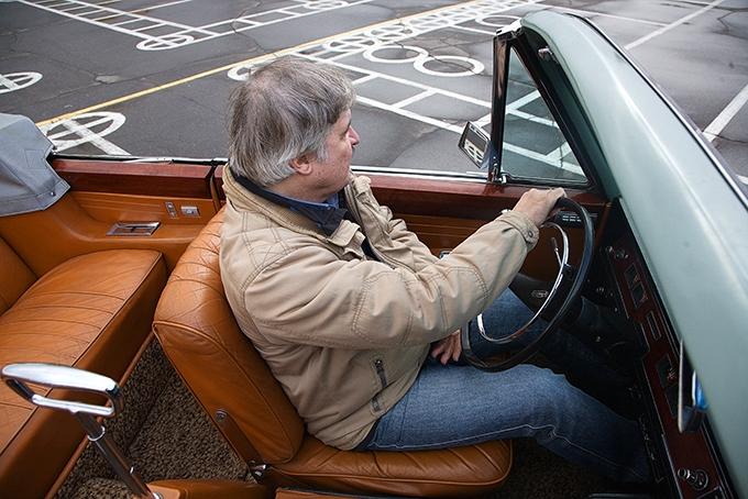 Потертая рыжая кожа сидений, водительское кресло очень мягкое– чисто перина!– снизкой, подлопатки, спинкой. По длине оно регулируется электроприводом, аугол наклона спинки не изменяется вообще– ее можно только откинуть вперед, чтобы пройти надиван