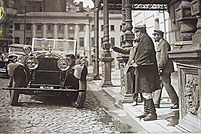Позаимствовал «Роллс-Ройс» уленинского секретаря: 22сентября Николай Горбунов пишет: «Машина системы «Гостъ» похищена тов. Сталиным». Зря он так, через 20 лет Горбунова расстреляли