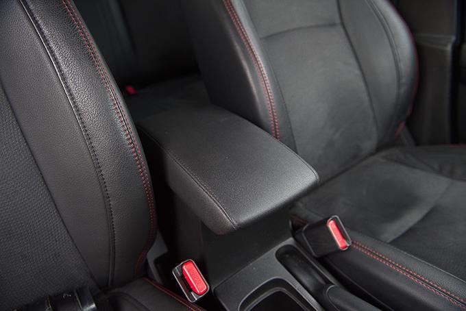 Suzuki Vitara / С турбированным мотором в 1,4 л владелец Vitara получает и комбинированную кожано-замшевую обивку салона с красной прострочкой и, конечно, комфортный подлокотник