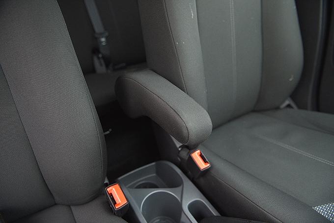 Ford EcoSport / Спасибо, что для водителя предусмотрен хотя бы такой подлокотник, и его не приходится приобретать у дилера как аксессуар, ведь продавцы безбожно накручивают на «допах»