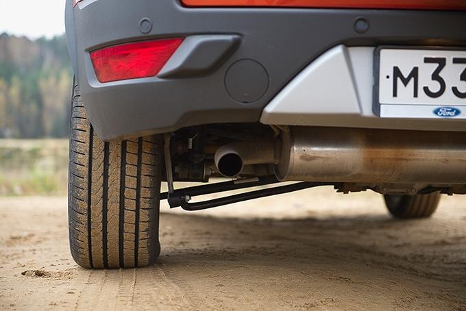 Ford EcoSport / Номинально у Ecosport одна из лучших «геометрических проходимостей» в классе, однако картину портят стойка стабилизатора и рычаг подвески